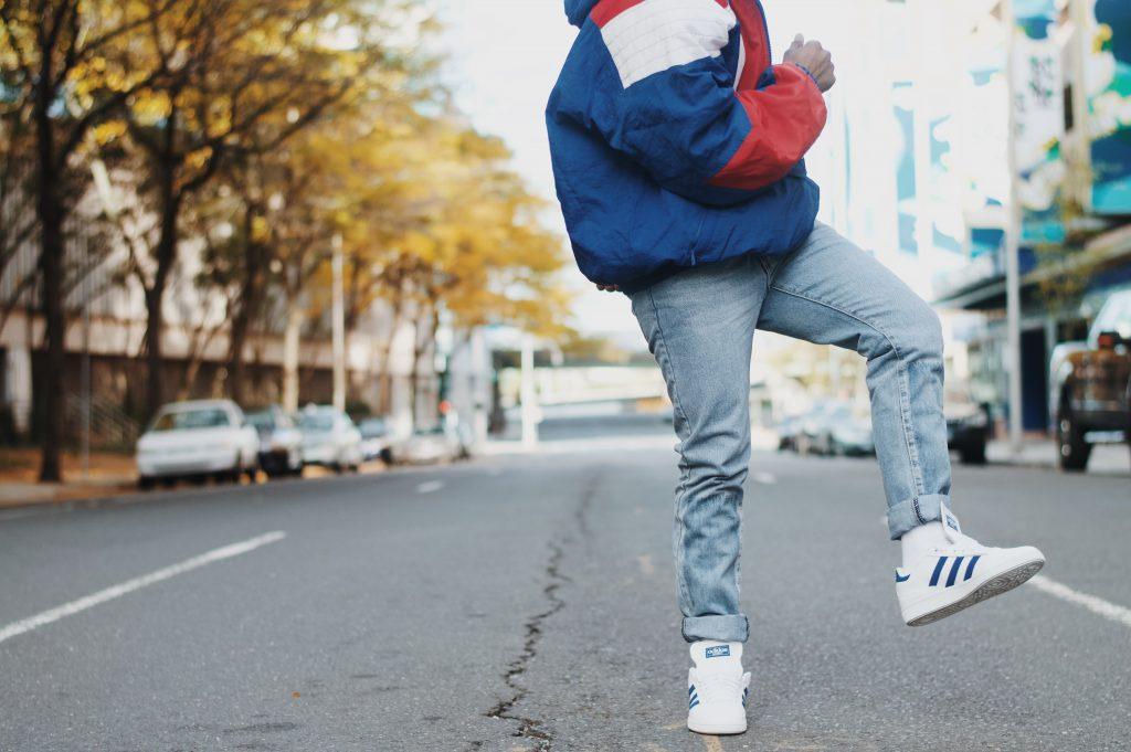 Homme en jean et baskets Adidas blanches