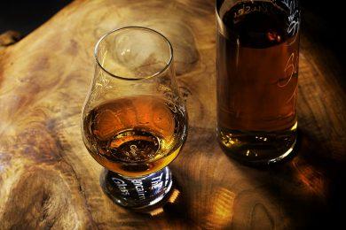 Dégustation de whisky dans un verre en forme de tulipe