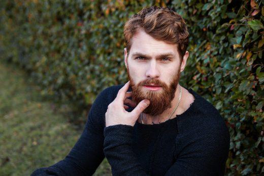 Homme barbu qui pose
