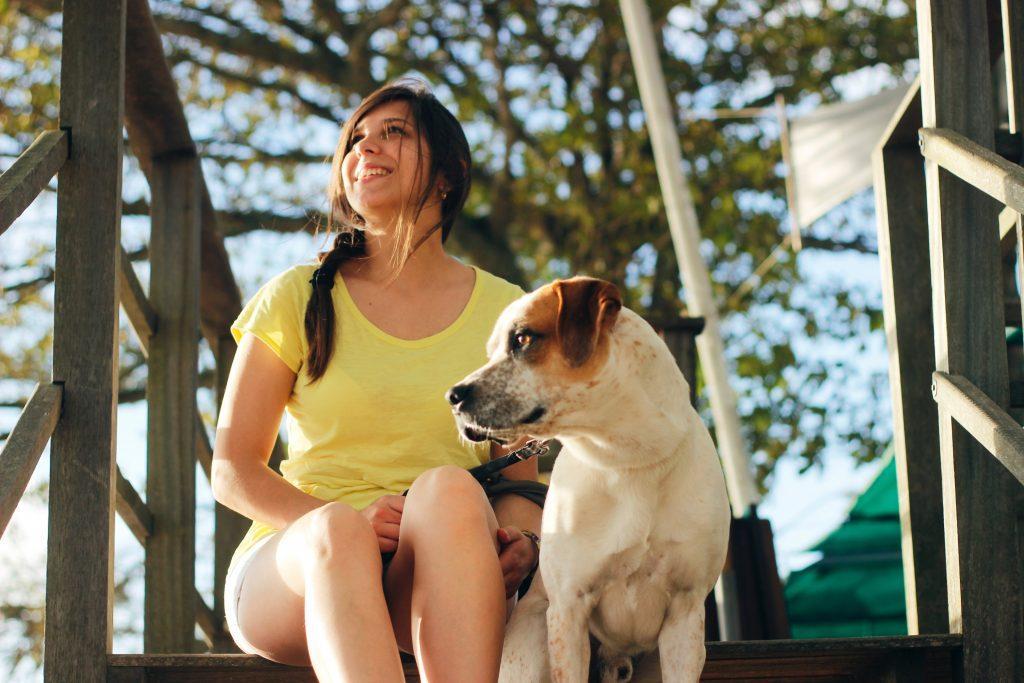 Un chien et sa maîtresse