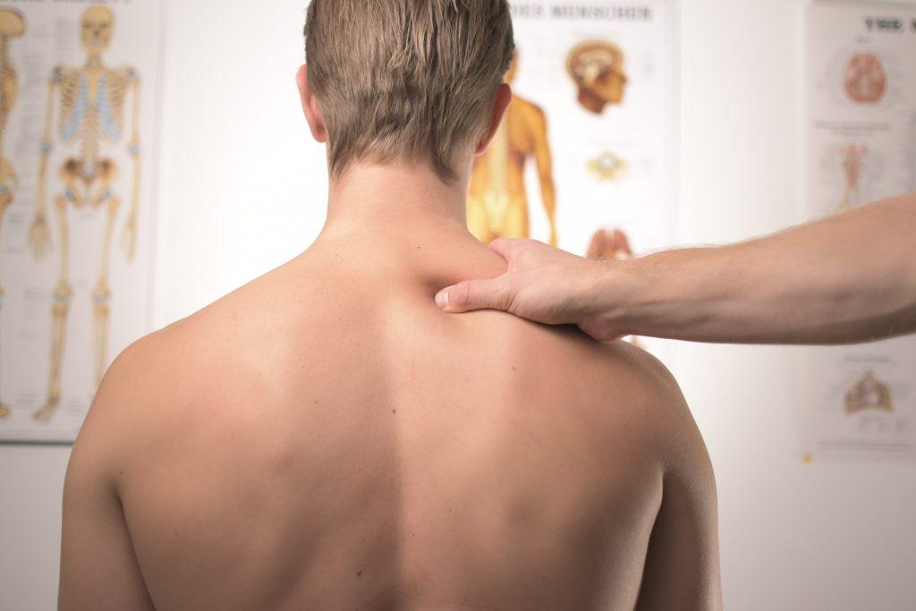 massage du cou par un kiné