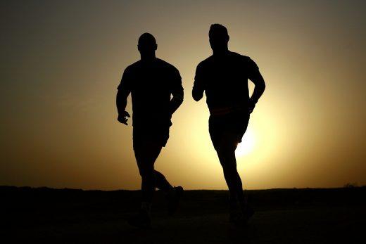 Deux hommes en train de courir