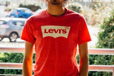 homme portant un jogginggris et un t shirt levis rouge