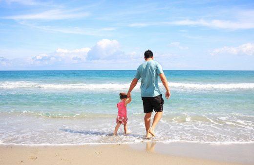Un papa et sa fille sur une plage